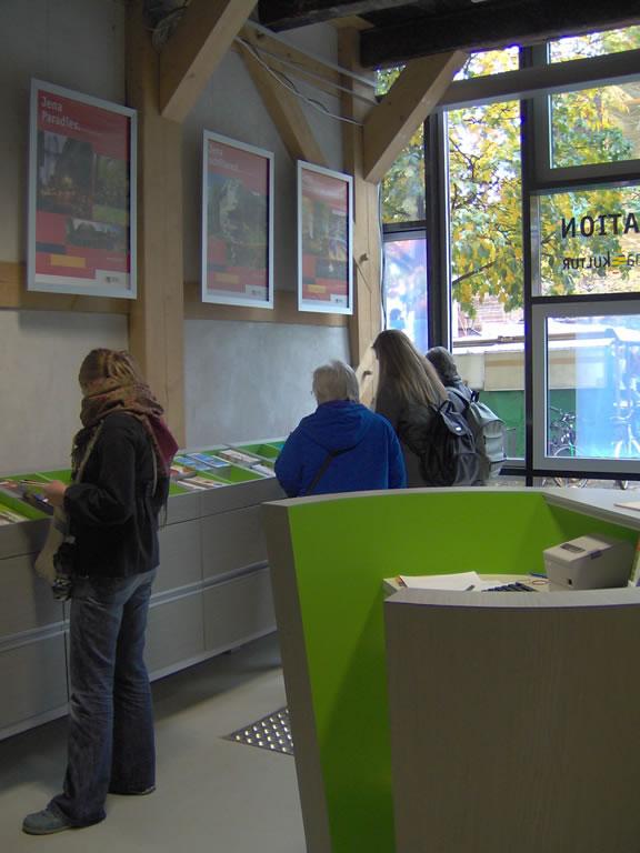 Touristenformation Jena – Tresen und Auslage