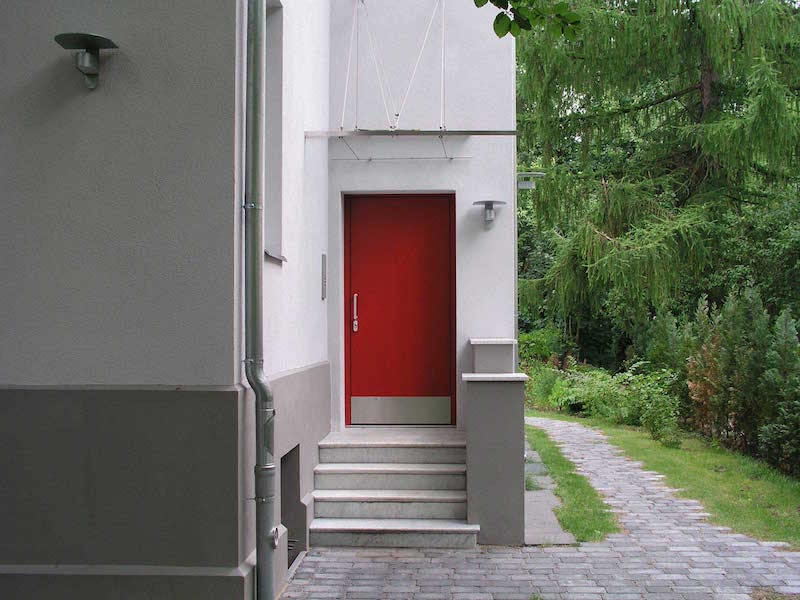 Wohnhaus für zwei Familien in Berlin Umbau – Eingang Rote Tür