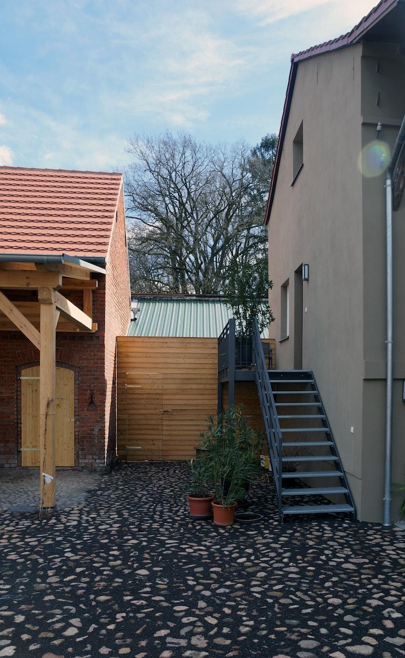 Vierseitenmühlenhof in Gräben / Brandenburg – Holzwände begrenzen das Grundstück